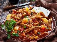 Рецепта Яхния картофи с бамя (прясна или замразена), лук, червени чушки и моркови